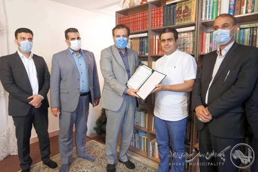 حضور شهردار اهواز در منزل شهروند خیر اهدا کننده تجیزات آتش نشانی