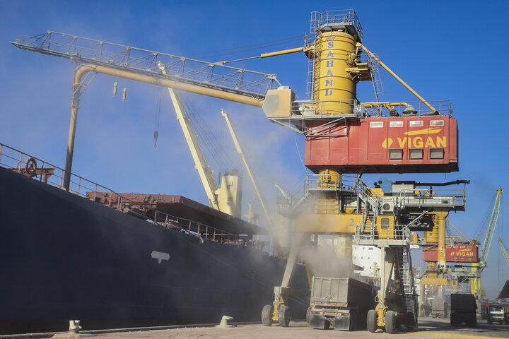 توقف کشتی حامل ۸۱ هزار تن گندم در ساحل آرام بندر امام خمینی (ره)